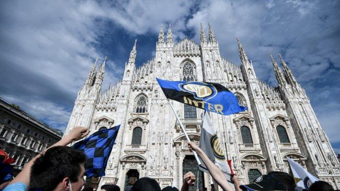 Pendukung Inter Milan merayakan kemenangan di Piazza Duomo di Milan pada 2 Mei 2021, setelah tim tersebut memenangkan gelar Kejuaraan Serie A Italia.