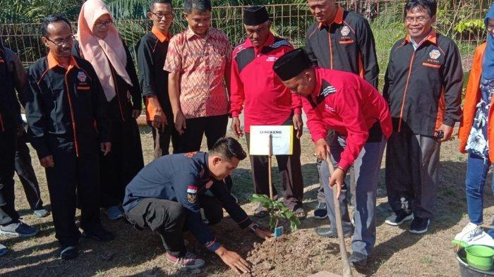 Pengabdian STIE Riau di Desa Sei Cingam, Dosen dan Mahasiswa Bagikan 500 Bibit