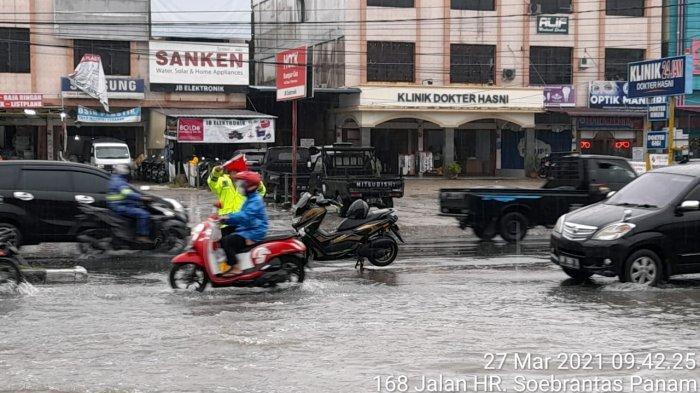 Satlantas Polresta Pekanbaru Kerahkan Personel Atur Lalin di Ruas Jalan yang Banjir di Pekanbaru