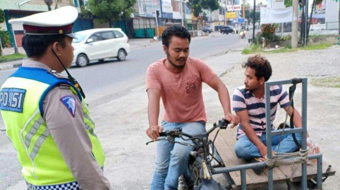 Jarang Pakai Helm, Surat Kendaraan dan Ugal-ugalan. Pengendara Becak Motor Ini Ditilang Polisi