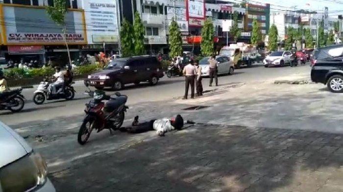 Gubrak, Pengendara Motor Tiba-tiba Ambruk di Pinggir Jalan, Tak Ada yang Menolong