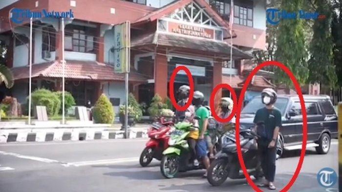 Pengendara motor turun dari kendaraan dan langsung berdiri saat dengar lagu Garuda Pancasila.