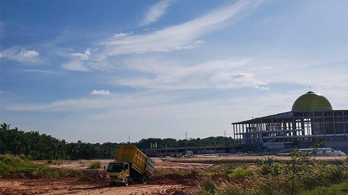 FOTO: Dominasi Mitsubishi Fuso di Kawasan Industri Tenayan Pekanbaru - pengerukan-tanah.jpg