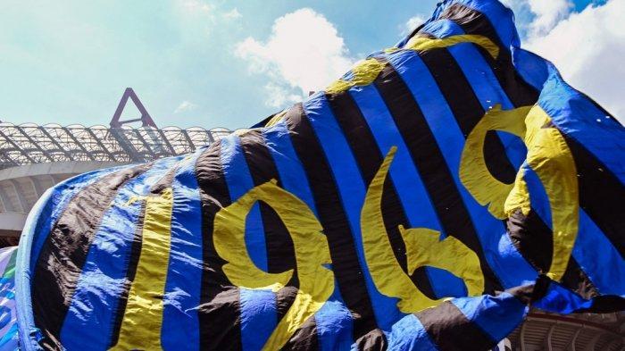 Penggemar Inter Milan berkumpul di luar stadion San Siro sebelum pertandingan sepak bola Serie A Italia Inter Milan vs Udinese pada 23 Mei 2021 di Milan.