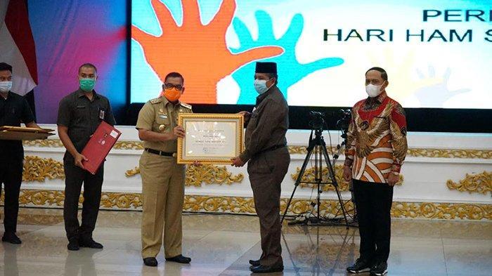Siak Raih Penghargaan Kriteria Kabupaten Peduli HAM, Piagam Diterima Bupati Alfedri dari Wagubri Edi
