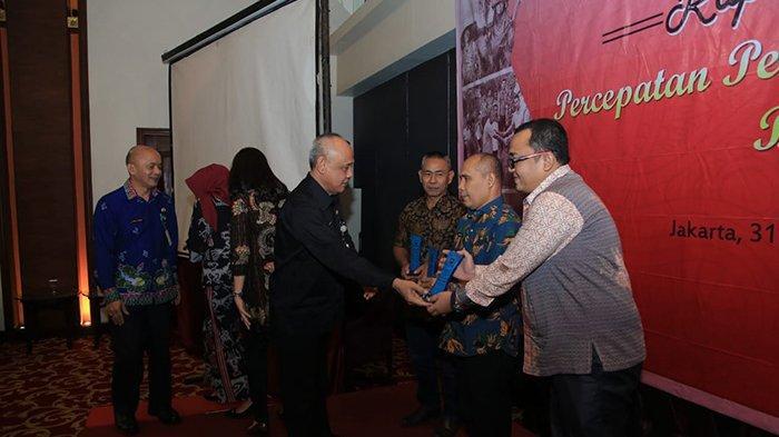 Pemkab Rohul Riau Terima Penghargaan dari Dirjen Bina Pemdes Kemendagri
