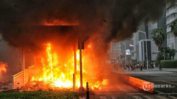 Pengunjuk rasa membakar Halte Transjakarta saat berunjuk rasa menolak UU Cipta Kerja di Jalan MH Thamrin, Jakarta, Kamis (8/10/2020). Hari ini aksi unjuk rasa penolakan pengesahan Undang-Undang Cipta Kerja terjadi di berbagai daerah di Indonesia, termauk Ibukota Jakarta. THE JAKARTA POST/SETO WARDHANA