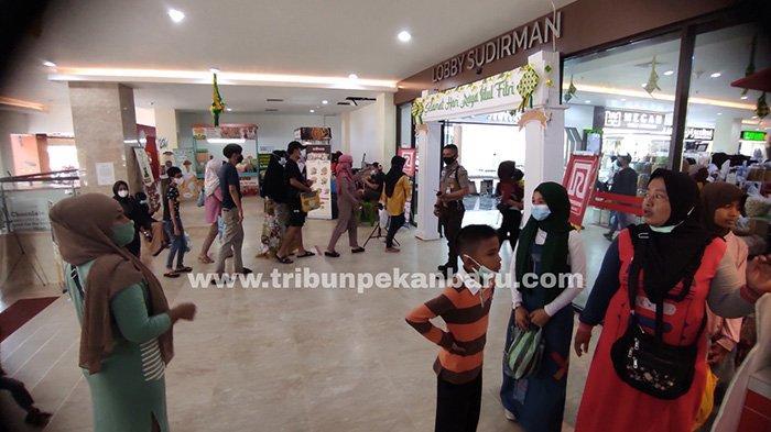 Foto : Hari Terakhir Pusat Perbelanjaan di Pekanbaru Buka - pengunjung-masuk-stc-pekanbaru.jpg