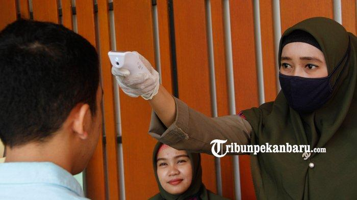FOTO : Pengunjung MPP Pekanbaru Diperiksa Suhu Tubuhnya Antisipasi Virus Corona - pengunjung-mpp-dicek-suhu-tubuh-ok.jpg