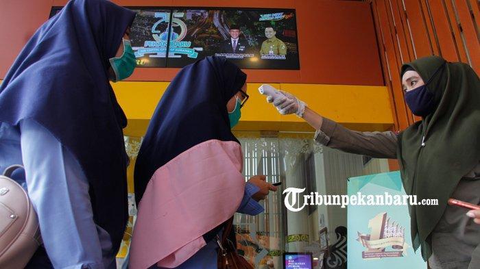 FOTO : Pengunjung MPP Pekanbaru Diperiksa Suhu Tubuhnya Antisipasi Virus Corona - pengunjung-mpp-dicek-suhu-tubuh-okeeee.jpg