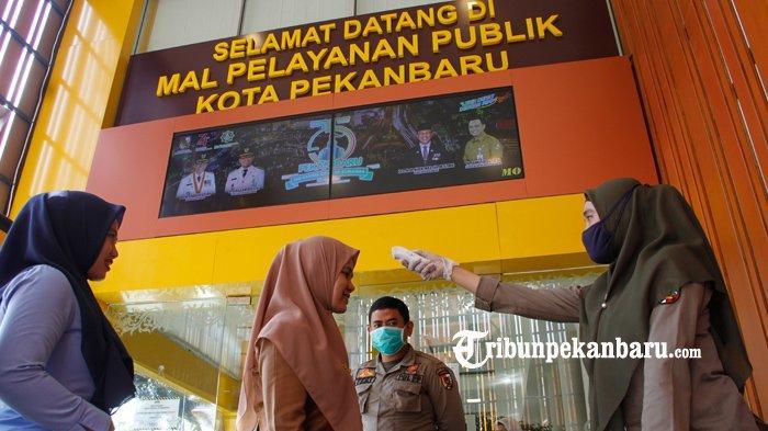 FOTO : Pengunjung MPP Pekanbaru Diperiksa Suhu Tubuhnya Antisipasi Virus Corona - pengunjung-mpp-dicek-suhu-tubuh.jpg