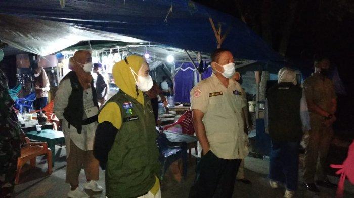 Pengunjung yang sedang berada di tempat kuliner, jadi sasaran tim yustisi Covid-19 Pelalawan yang langsung melaksanakan swab di tempat.