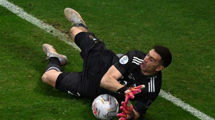 Penjaga gawang Argentina Emiliano Martinez menghentikan tembakan saat adu penalti pertandingan semifinal turnamen sepak bola Copa America Conmebol 2021 melawan Kolombia di Stadion Mane Garrincha di Brasilia, Brasil, pada 6 Juli 2021.