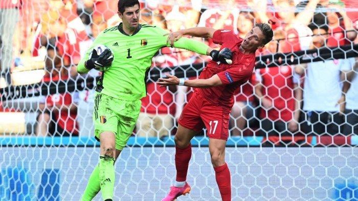 Penjaga gawang Belgia Thibaut Courtois (kiri) beraksi dengan bek Denmark Jens Stryger Larsen selama pertandingan sepak bola Grup B UEFA EURO 2020 antara Denmark dan Belgia di Stadion Parken di Kopenhagen pada 17 Juni 2021.