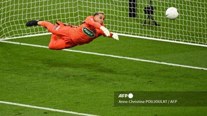 Penjaga gawang Paris Saint-Germain Rika Keylor Navas menangkap bola selama pertandingan sepak bola final Piala Prancis antara Paris Saint-Germain dan Monaco di stadion Stade de France, di Saint-Denis, di pinggiran Paris, pada 19 Mei. 2021.