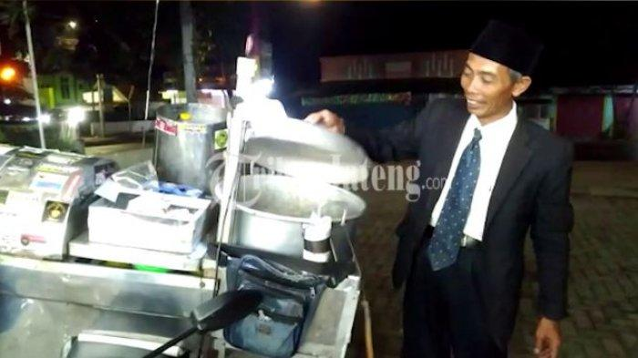 Penjual  cilok Masdi lebih memilih tampil necis layaknya pejabat dengan setelan jas lengkap dengan dasi plus peci.
