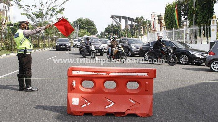 Penyekatan dalam pelaksanaan Pemberlakuan Pembatasan Kegiatan Masyarakat (PPKM) level 4 di Kota Pekanbaru, Senin (26/7/2021).