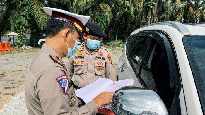 Polres Inhil melakukan penyekatan di pos check point di wilayah Kabupaten Inhil yang berada di Pos Sekat Perbatasan Riau-Jambi Jalan Lintas Timur KM 295 Kelurahan Selensen, Kecamatan Kemuning, Minggu (25/4/2021).