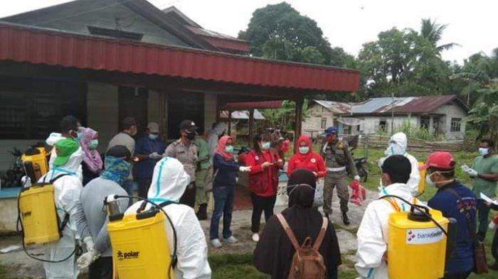 Dinilai Pemborosan, Petugas Pakai APD saat Semprot Disinfektan di Desa Bandul Riau Sempat Diprotes