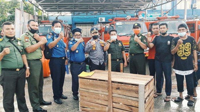 Kepala DPKP Inhil, H. Eddiwan Shasby menyerahkan ular piton atau ular sanca batik kepada BBKSDA Riau melalui BBKSDA Wilayah I Rengat di Kantor DPKP Inhil.