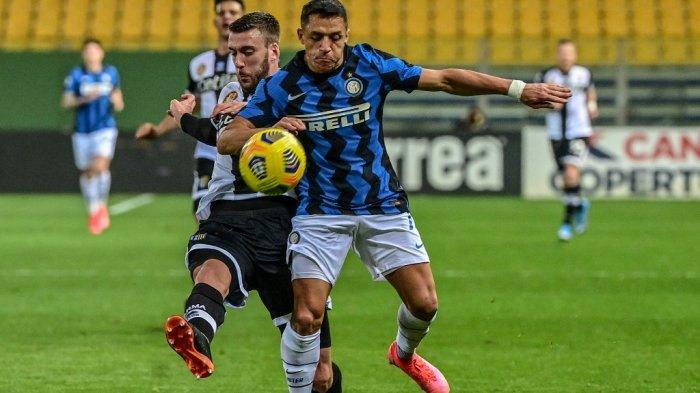 Penyerang Inter Milan dari Chili Alexis Sanchez (kanan) menantang bek Parma Mattia Bani selama pertandingan sepak bola Serie A Italia Parma vs Inter Milan pada 04 Maret 2021 di stadion Ennio-Tardini di Parma.