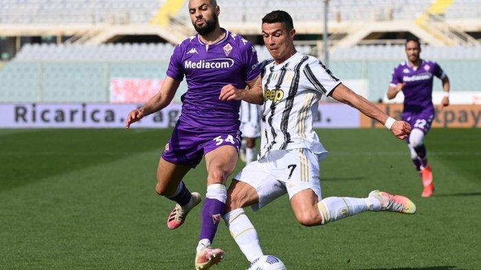 Penyerang Juventus Cristiano Ronaldo (kanan) dipepet gelandang Fiorentina Sofyan Amrabat selama pertandingan sepak bola Serie A Italia Fiorentina vs Juventus pada 25 April 2021 di stadion Artemio-Franchi di Florence.