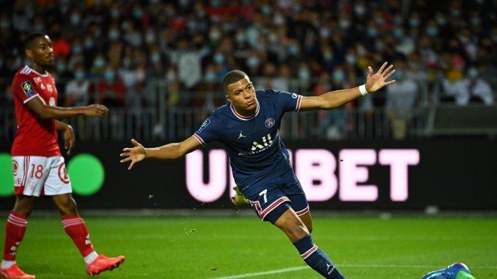 Penyerang PSG Kylian Mbappe, merayakan gol selama pertandingan sepak bola L1 Prancis antara Stade Brestois dan Paris Saint-Germain di Stadion Francis-Le Ble di Brest pada 20 Agustus 2021.