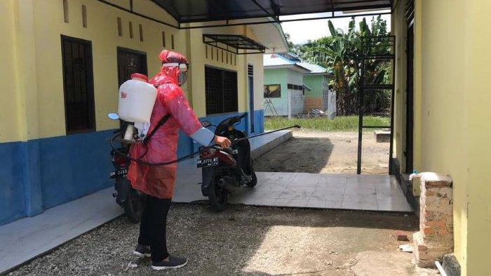Perangi Pandemi Covid-19, Tim Kukerta Relawan UNRI Lakukan Penyemprotan Disinfektan di Kantor Desa