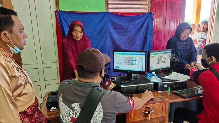 Jemput Bola Datangi Warga, Program Turun Desa Disdukcapil Kuansing Sudah Rekam KTP-el Ratusan Orang