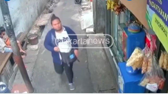 Saat Pemilik Warung Tulis Bon Belajaan, Perempuan Ini Curi 20 Bungkus Rokok dan Terekam CCTV