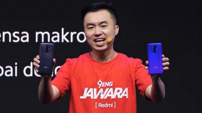 Alvin Tse, Country Director Xiaomi Indonesia menggenggam Redmi 9 saat peluncuran.