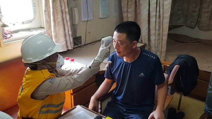 Periksa Suhu Tubuh ABK Kapal Asal China, KKP Dumai Bersama Dinkes Naik ke Kapal Asing