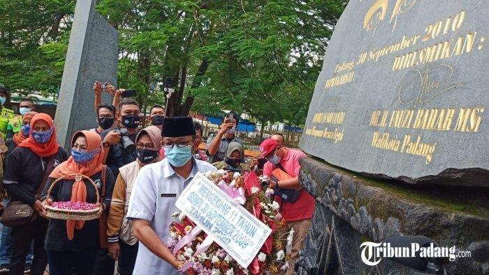 Plt Walikota Padang Hendri Septa pada saat membawa karangan bunga serta lakukan tabur bunga untuk mengenang 14 tahun gempa 30 September 2009 di Kota Padang, Rabu (30/9/2020).