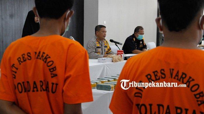 Kapolda Riau Irjen Pol Agung Setya Imam Effendi memberikan keterangan kepada wartawan saat konferensi pers terkait kasus peredaran narkotika jenis sabu dan pil ekstasi di wilayah Tenggayun dan Sepahat, Bengkalis di Mapolda Riau, Jumat (5/3/2021). Tribunpekanbaru.com/Doddy Vladimir