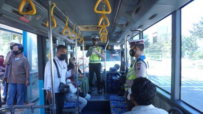 Personel Satlantas Polresta Pekanbaru Sosialisasi Operasi Zebra di Dalam Bus Transmetro