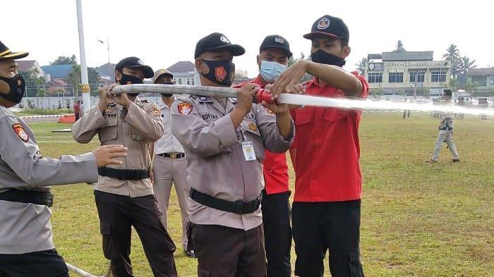 Personil Polda Riau menjalani pelatihan pemadaman Karhutla
