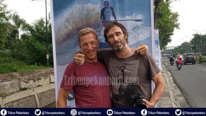 Pesilancar Asal Perancis Antony Nicholas dan Fredric Jajal Ombak Bono pada Bono Surfing 2019 di Riau
