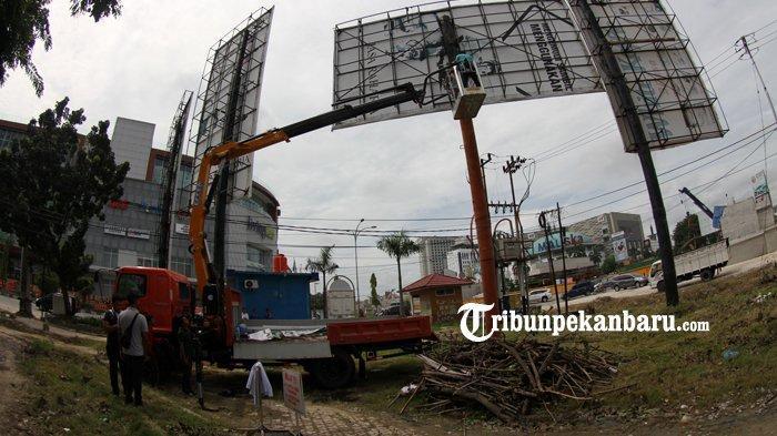 FOTO: Tidak Bayar Pajak, Bapenda Pekanbaru Segel Baliho - petugas-bapenda-pekanbaru-menyegel-tiang-baliho-jalan-tuanku-tambusai-3.jpg