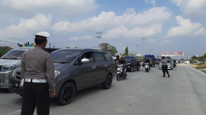 Gugup Saat Kendaraan Dihentikan di Pos PPKM Rohul, Ketika Pintu Mobil Dibuka, Polisi Temukan. . .