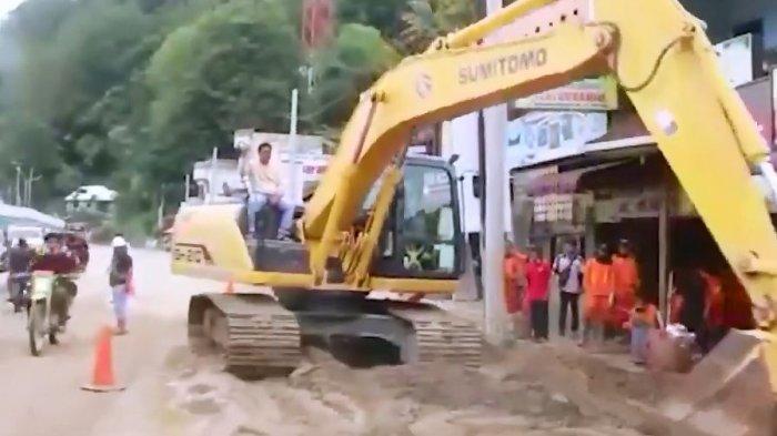 Petugas bersama warga melakukan pembersihan pascabanjir bandang yang melanda Kota Wisata Parapat pada Kamis (13/5/2021) sore kemarin.