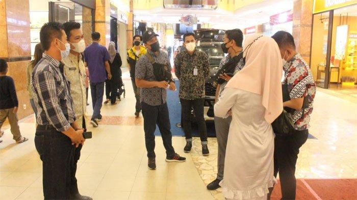 Petugas dari Bapenda Kota Pekanbaru menggelar SDT di satu pusat perbelanjaan di Kota Pekanbaru. Mereka menyasar restoran yang menunggak pajak.