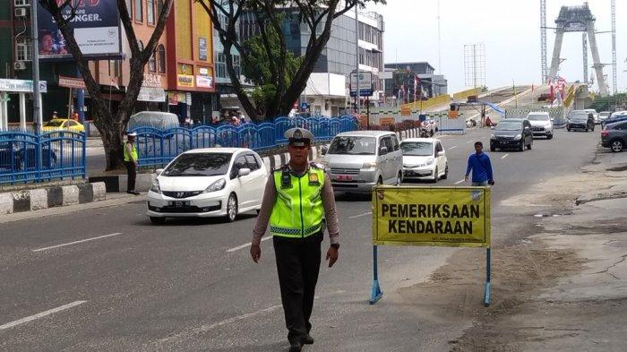 Petugas dari Satlantas Polresta Pekanbaru menggelar razia kendaraan di Jalan Jenderal Sudirman, seberang Pasar Buah, Selasa (2182018)