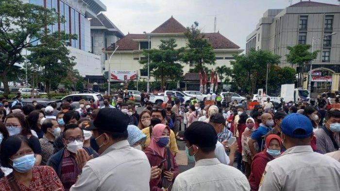 Petugas gabungan Satpol PP Kota Semarang, Satpol PP Provinsi Jawa Tengah, dan Kepolisian membubarkan kerumunan masyarakat yang mengantre vaksinasi di gedung Gradhika Bhakti Praja Pemerintah Provinsi Jawa Tengah, Rabu (9/6/2021).