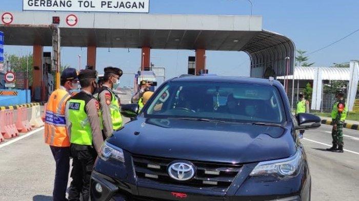Petugas gabungan saat operasi penyekatan di Exit Tol Pejagan Brebes, Jawa Tengah, Selasa (11/5/2021).