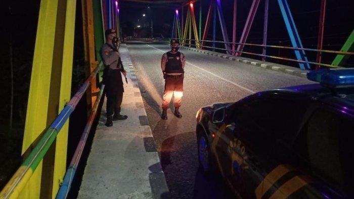 Petugas kepolisian berjaga setelah ada serangga di jembatan Pelangi akibatkan kecelakaan pengendara, Rabu (24/3/2021) (ist)