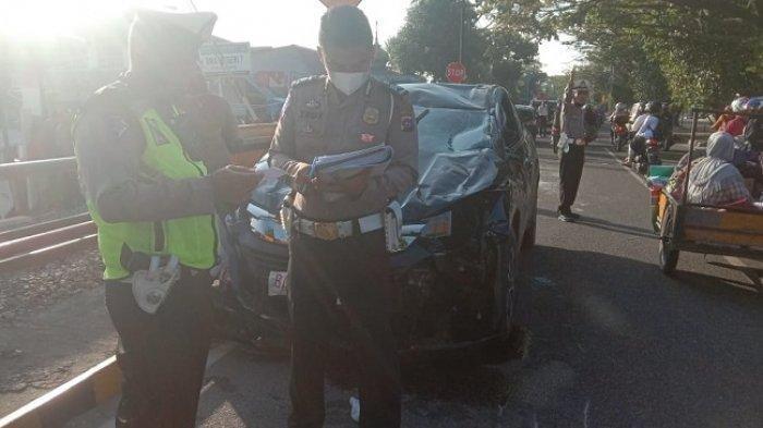 Petugas kepolisian melakukan olah TKP di lokasi kecelakaan di Jalan Adinegoro, Kota Padang, Senin (22/2/2021) pagi.