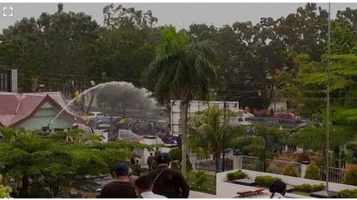 RICUH, Demo Tolak UU Cipta Kerja di Depan Gedung DPRD Riau, Kendaraan Taktis Water Cannon Diturunkan