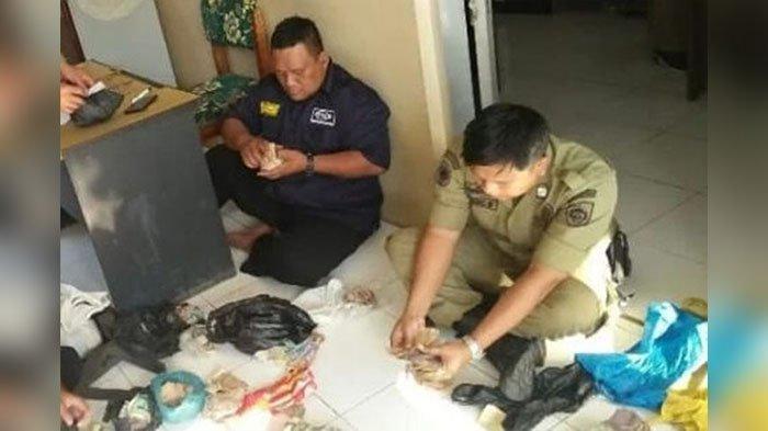 Petugas Satpol PP Kaget Temukan Uang Rp 12 Juta & Deposito 25 Juta dari Dalam Tas Kakek Pengamen
