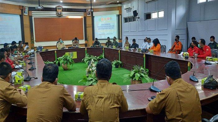 Pj Wali Kota Dumai memimpin rapat koordinasi Karhutla bersama jajaran stafnya.