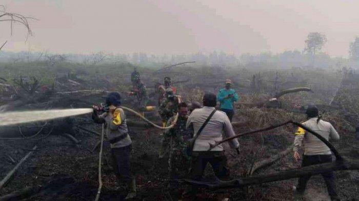 Tim gabungan saat memadamkan api di satu lokasi Karhutla di Riau, tepatnya di Kabupaten Bengkalis.